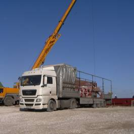 Loading-out of mixed (general) freight by automotive-type crane and transportation by own-account vehicles